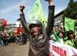 Ratusan massa dari Serikat Buruh Sejahtera Indonesia (SBSI) menggelar aksi  menolak kenaikan BBM di depan Gedung Sate, Bandung, Kamis (23/5).     (Republika/Edi Yusuf)