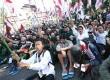 Ratusan massa mengibarkan bendera Mesir saar berunjuk rasa dalam aksi peduli rakyat Mesir di depan Gedung Sate, Bandung, Jumat (23/8).  (Republika/Edi Yusuf)