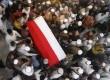 Ratusan santri dan pelayat berebut menggotong peti jenazah KH Hasyim Muzadi di Pondok Pesantren Al Hikam, Cenggerayam, Malang, Jawa Timur, Kamis (16/3).