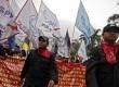 Ribuan buruh yang tergabung dalam berbagai elemen se-Jabodetabek melakukan aksi long march menuju Istana Negara, Jakarta, Kamis (22/11). (Adhi Wicaksono)