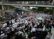 Ribuan massa yang tergabung dalam Gerakan Nasional Pengawal Fatwa (GNPF) MUI Shalat Dzuhur berjamaah saatmelakukan aksi di samping Polda Metro Jaya, Jakarta,Senin (23/1).