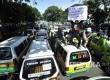 Ribuan sopir angkutan kota (angkot) dan taksi Kota Bandung melakukan aksi unjuk rasa dan mogok massal di depan Gedung Sate, Jalan Diponegoro, Kota Bandung, Kamis (9/3).