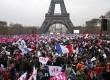 Ribuan warga berunjuk rasa di Champ de Mars dekat Menara Eiffel memprotes rencana legalisasi pernikahan sesama jenis di Paris, Ahad (13/1).  (Reuters/Charles Platiau)