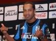 Ronaldinho mengenakan jersey Queretaro.