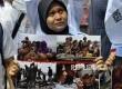 Salah Satu anggota dari Masyarakat Profesional Indonesia bagi Solidaritas Muslim Rohingya menangis saat melakukan aksi unjuk rasa di depan Kedutaan Besar Myanmar, Jl Agus Salim, Jakarta, Sabtu (2/9).