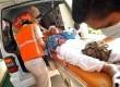 Salah satu jamaah haji lanjut usia yang baru tiba dari tanah suci diangkut dengan ambulans di Asrama haji Palembang