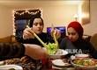 Salma Zahran (tengah), 17, menyajikan makanan Iftar bersama adik perempuannya Mysarah, 15, di Manhattan, New York