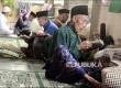 Santri sepuh laki-laki mengisi waktu berpuasa dengan mendaras bacaan Alquran di Pesantren Pondok Sepuh Masjid Agung Payaman, Secang, Kabupaten Magelang, Jawa Tengah.