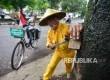 Sariban (73) mencabut paku yang tertancap di salah satu pohon di Kota Bandung (Foto: Yogi Ardhi/Republika)