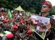 Satuan Kokam PP Pemuda Muhammadiyah menggelar aksi di depan Gedung KPK, Jakarta, Jumat (24/3)