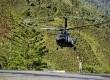 Sebuah helikopter yang membawa prajurit Kopassus TNI AD bersiap mendarat di Bandara Mulia, Kabupaten Puncak Jaya, Papua, Senin (12/11).   (Antara/Andika Wahyu)