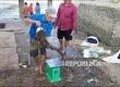 Seekor ikan lele berukuran besar tengah ditimbang sebelum ditentukan harganya di pasar ikan dadakan di bawah Jembatan Musi 2 Palembang