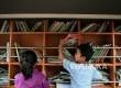 Sejumlah anak-anak membaca buku di perpustakaan keliling sahabat anak di Kampung Melayu, Jatinegara, Jakarta, Senin (28/11).