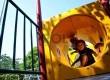 Sejumlah anak bermain di salah satu taman yang terdapat ruang kreatif bermain bagi anak, Jakarta Pusat, Selasa (25/6).   (Republika/Prayogi)