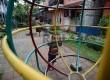 Sejumlah anak bermain di taman yang berada di Kampung Deret, Petogogan, Jakarta Selatan, Kamis (19/3).   (Republika/Raisan Al Farisi)