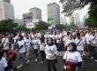 Sejumlah karyawan Bank BJB mengikuti jalan santai saat HUT ke-56 Bank BJB di Jakarta, Ahad (14/5).