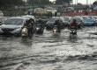 Sejumlah kendaraan menerobos genangan air di Depan Kampus Untar, Jalan Letjen.S.Parman, Jakarta Barat, Selasa (1/11). (Republika/Prayogi)