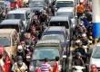 Sejumlah kendaraan pemudik menunggu kedatangan kapal roro di Pelabuhan Merak, Banten, kamis (16/8).(Agung Supriyanto/Republika)