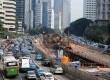 Sejumlah kendaraan terjebak kemacetan panjang akibat penyempitan jalan proyek pembangunan proyek Mass Rapid Transit (MRT) di Jalan Sudirman, Jakarta, Selasa (7/7). (Republika/Agung Supriyanto)