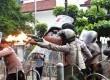Sejumlah Mahasiswa Bersatu Fakultas Hukum Universitas Kristen Indonesia (UKI) terlibat aksi dorong aparat kepolisian saat aksi demo menolak kenaikan BBM di depan Kampus UKI, Jakarta Pusat, Selasa (13/3). (Republika/Adhi Wicaksono)