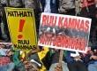 Sejumlah mahasiswa melakukan aksi unjukrasa menolak RUU Keamanan Nasional (Kamnas) di depan Kompleks Parlemen, Senayan, Jakarta, Selasa (23/10).  (Tahta Aidilla/Republika)