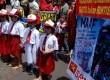 Sejumlah massa dan para anak sekolah yang tergabung dalam Serikat Rakyat Miskin Indonesia (SRMI) mengelar aksi damai di Dinas Pendidikan Provinsi DKI Jakarta, Jumat (22/3). (Republika/Prayogi)