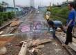 Sejumlah Pedagang dan mahasiswa berdemo dengan memblokir rel kereta di stasiun Pondok Cina, Depok, Jawa Barat, Senin (14/1). (Republika/Agung Fatma Putra)