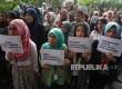 Sejumlah pegawai KPK melakukan aksi solidaritas dan doa bersama 100 hari kasus penyerangan penyidik KPK Novel Baswedan di halaman Gedung KPK, Jakarta, Kamis (20/7).