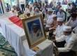 Sejumlah pelayat berdoa di depan jenazah almarhum Mantan Menkopolkam Laksamana Purnawirawan Sudomo, Pondok Indah,Jakarta,Rabu (18/4). (Republika/Agung Fatma Putra)
