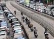Sejumlah pengendara motor menerobos jalur busway di kawasan Mampang, Jakarta Selatan,Selasa (29/10).  (Republika/Prayogi)