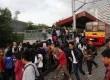 Sejumlah penumpang berebut menaiki KRL kommuter di stasiun Kampung Bandan, Jakarta Utara, Jumat (20/4). (Republika/Adhi Wicaksono)