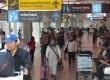 Sejumlah penumpang menuju Terminal Domestik di Bandara Ngurah Rai, Denpasar, Kamis (15/6).