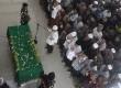 Sejumlah santri dan pelayat melakukan salat jenazah KH Hasyim Muzadi di Pondok pesantren Al Hikam, Cenggerayam, Malang, Jawa Timur, Kamis (16/3).
