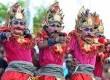 Sejumlah seniman beratraksi tarian dalam acara Nusa Dua Fiesta di Peninsula, Nusa Dua, Bali,Jumat (2/11). (Republika/Aditya Pradana Putra)