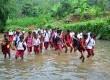 Sejumlah siswa SD menyeberang sungai sepulang dari sekolah, (ilustrasi)