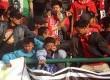 Sejumlah suporter terlibat baku pukul saat berlangsungnya pertandingan antara tuan rumah Persis Solo melawan PSS Sleman, dalam lanjutan Divisi Utama LPIS di Stadion Manahan, Solo, Jateng, Rabu (4/9).      (Antara/Akbar Nugroho Gumay)