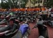 Kapolda Sumut Irjen Pol. Eko Hadi Sutedjo memperlihatkan sejumlah pelaku pencurian motor dengan kekerasaan beserta barang bukti kejahatan mereka saat gelar kasus di Mapolda Sumatera Utara, Medan, Jumat (6/3).  (Antara/Septianda Perdana)