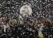 Selebrasi kemenangan Real Madrid di Piala Super Eropa usai mengalahkan Manchester United dengan skor 2-1 di stadion Philip II Arena, Skopje, Makedonia, Rabu (9/8) dini hari WIB.