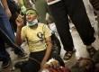 Seorang anak berdiri di atas lututnya sambil berdoa di samping ayahnya yang tewas, dalam bentrokan pendukung Presiden Mursi dengan pasukan keamanan di Nasr City, Kairo, Sabtu (27/7).    (AP/Manu Brabo)