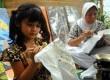 Seorang anak bersama ibunya membatik tulis di kampung batik di Palbatu, Kelurahan Menteng Dalam, Kecamatan Tebet,Jakarta Selatan,Selasa (2/9). (Agung Fatma Putra)