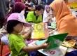 Seorang anak tengah membaca buku disalah satu stan penerbit di pameran Islamic Book Fair (IBF) 2013 di Senayan, Jakarta, Ahad (10/3). (Republika/Agung Supriyanto)