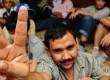 Seorang imigran gelap mengacungkan tangan tanda perdamaian saat menunggu pendataan di kantor Direktorat Jendral Imigrasi Kementerian Hukum dan HAM, Jakarta, Senin (13/2). (Republika/Aditya Pradana Putra)