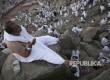 Seorang jamaah haji memanjatkan doa di puncak Jabal Rahmah, Arafah, Kamis (31/8).