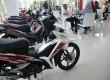 Seorang konsumen melihat-lihat produk motor honda di salah satu Showroom Motor Honda