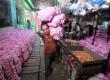 Seorang pedagang mengangkut bawang putih di Pasar Induk Kramat Jati, Selasa (26/3).  (Republika/Wihdan Hidayat)