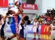 Seorang pemain putri UEU melepaskan tembakan di tengah penjagaan para pemain UPH dalam pertandingan  LIMA Basketball Air Mineral Prim-A Greater Jakarta Conference Season 3, Ahad (23/11).