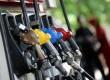 Seorang petugas melayani penjualan bahan bakan minyak (BBM) di salah satu SPBU Kawasan Tanah Abang, Jakarta, Rabu (18/3).