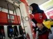 Seorang petugas melayani penjualan bahan bakan minyak (BBM) di salah satu SPBU Kawasan Tanah Abang, Jakarta, Rabu (18/3).  (Republika/Prayogi)