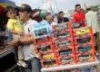 Seorang pria menggendong anaknya saat berbelanja mainan anak di Pasar Gembrong, Jatinegara, Jakarta Timur, Jumat (9/8).  (Republika/ Yasin Habibi)