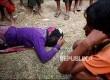 Seorang wanita Rohingya di perbatasan Myanmar - Bangladesh menangis setelah mendapat kabar melalui telefon suaminya tewas oleh militer Myanmar.